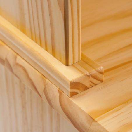 Dettaglio credenza con vetrina provenzale in legno naturale