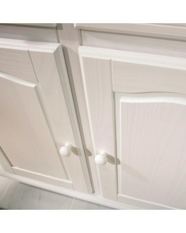 Dettaglio modanature delle ante inferiori della vetrina provenzale bianca in legno