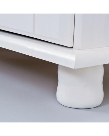 Dettaglio piedino stilizzato delle ante inferiori della vetrina provenzale bianca in legno
